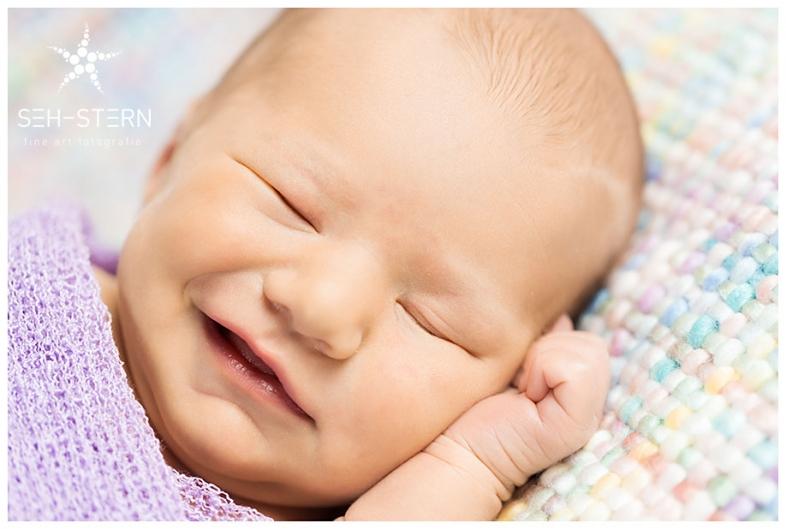 lächelndes Neugeborenes