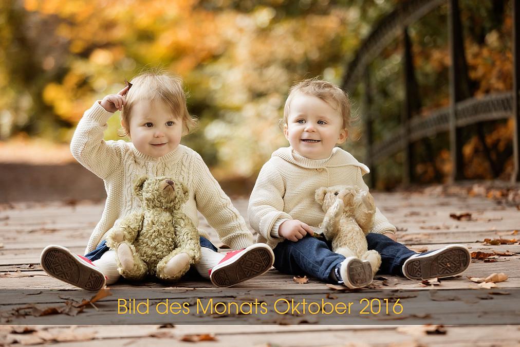 Natürlich Kinderfotos von Zwillingen im Freien