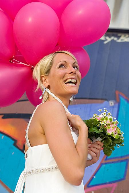 Braut mit pinken Luftballons